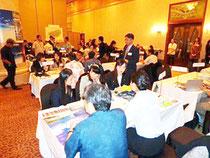 ソウルで行われた八重山観光のプロモーションで、商談会に集まった人たち=23日(石垣市観光協会提供)