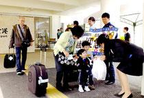 半年ぶりに再開した台北チャーター便。関係者が来島者を記念品で歓迎した。