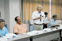 新火葬場建設位置選定市民検討委員会の初会合で意見を述べる委員=19日午後、大浜信泉記念館