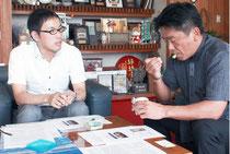 シカクマメアイスを試食する中山市長と、実験を行っている伊ヶ崎助教(左)