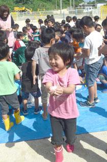 「冷たーィ」と歓声を上げながら、はしゃぐ園児=さくら保育園、石垣