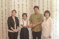 子ども国会への参加が決まり、中山市長と握手を交わす石川さん。右端は真喜良小の大兼和佳子校長。左端が担任の前泊睦美教諭=石垣市役所