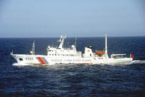 久場島から北66キロの接続水域を航行する「海警2101」=午前9時12分、第11管区海上保安本部提供