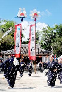 石垣字会のオンプールで「キィヤリヌザイ」が奉納された=26日午後、宮鳥御嶽