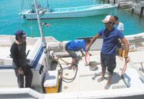 尖閣海域から帰港した高洲丸に乗る仲間氏(左)ら=5日午後、登野城漁港