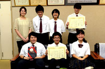 全国大会が開催される俳句のまち、松山へ思いを馳せる部員と西浜教諭。後列右端が部長の下地君=八重山商工高校