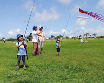 凧あげを楽しむ子どもら=29日午前、インターコンチネンタル石垣リゾートショートコースゴルフ場