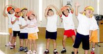 老人施設慰問でおゆうぎを披露する「みよし保育園」の子ども(2012年9月)