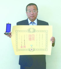 父・國男さんの叙位・叙勲を代理で受けた要さん=八重山合同庁舎