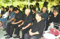 戦時遭難者に思いをはせ、恒久平和を誓う列席者=尖閣列島戦時遭難死没者慰霊之碑、新川