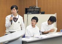優勝した3人。左から中山さん、宮良君、袴田君=2日、健康福祉センター