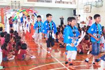 姉妹校・奥殿小学校の児童たちが大浜小学校を訪れ、交流した=23日午後、大浜小体育館