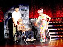 石垣市民会館大ホールで上演された、女優の中尾ミエさん主演のミュージカル「ヘルパーズ!」=11日