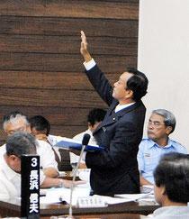 市議会9月定例会の一般質問で、挙手して答弁に向かう玉津教育長