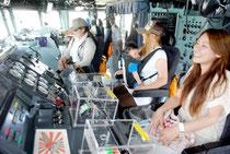 「しらたか」の操舵室を見学する人たち(25日午後)