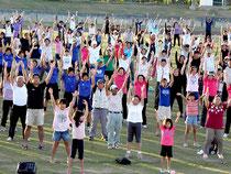 市民2000人が早朝からラジオ体操でさわやかな汗を流した=市中央運動公園陸上競技場
