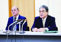 記者会見で東京書籍版の無償給付を求める方針を改めて発表する慶田盛教育長(左)、竹盛委員長=26日午後、町教委