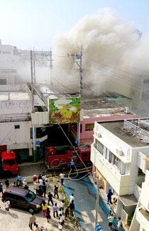 ユーグレナモール内の火災で現場は近隣住民が避難、煙を見た付近住民らが遠巻きに見守るなど騒然とした(付近住民提供)