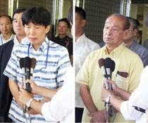 会談後、報道陣の質問に答える仲井真知事と山本大臣=知事公舎前、21日
