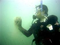 海底から赤土の塊を持って浮上する中山市長(辻さん撮影)