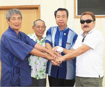 合意書を締結した(右から)小底社長、川満町長、大山館長、上勢同会長=26日午前、町役場