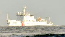 25日、尖閣周辺の接続水域を航行する中国海警局の船「海警2151」(仲間均市議提供)