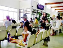 離島に向かう船を待つ観光客=7日午後、離島ターミナル