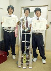 アイディアロボット競技の部で初優勝した(左から)鈴木君、鳥山君、宮良君=15日午後、八重山商工高校