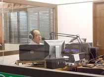 台風情報を発信しているFMいしがきサンサンラジオ=1日午後、ホテル日航八重山