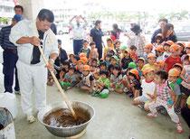 黒糖造りに興味津々の子どもたち=10日午前、ゆらてぃく市場