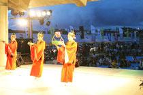 「第25回日本最西端与那国島国際カジキ釣り大会」の前夜祭を満喫する、参加者や地域住民ら=4日夜、与那国町の久部良漁港