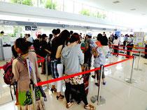 空席待ち案内カウンターには観光客などが列を作っていた=5日午前、南ぬ島石垣空港