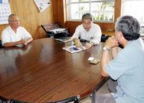 つくる会の公民教科書を見せ、意見を述べる高嶋名誉教授=市教委=