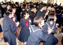 合格を喜ぶ受験生たち=13日午前、八重山高校