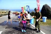 与那国島一周マラソンで大会を支援する自衛隊員=陸上自衛隊十五旅団提供