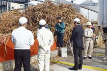 開始式の後、工場の稼働状況を視察する関係者=石垣島製糖