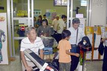 飛行機を3回乗り継ぎ石垣島に帰島。家族らの出迎えを受ける参加者=石垣空港、9日午後8時
