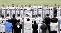成瀬選手会長(中)の一本締めで石垣島キャンプを打ち上げた=市中央運動公園野球場