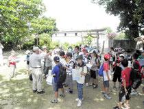 子ども博物館教室が開講し、初回は文化財めぐりをした=美崎御嶽