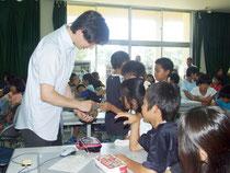 サンゴ環境学習を行った鯉渕幸生準教授(左)=4日午前、宮良小学校
