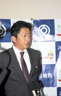 台湾漁船の領海侵入について報道陣の質問に答える中山市長=25日午後、市役所