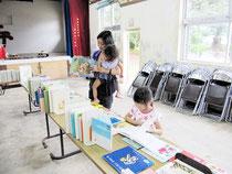 18日に伊原間公民館で行われた移動図書館(市立図書館提供)