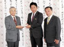 寄付した大島院長(左)=市役所
