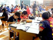 部活動までの時間に学習に取り組む児童たち=20日午後、新川小学校