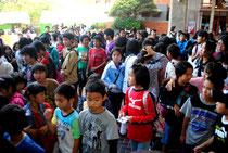 石垣島シネマフェスティバルの3D映画の会場前は大勢の入場希望者でごった返した=16日午後、市民会館展示ホール前