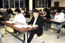 県民説明で沖縄21世紀ビジョン基本計画(仮称)の説明を聞く参加者=12日午後、八重山合同庁舎