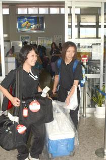 リラックスした表情で石垣島での第一歩を記した那覇西女子バレー部のメンバー=石垣空港、24日正午