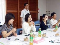 夜香木の香りを基調した試作品を確認する委員たち=13日午後、沖縄振興開発金融公庫八重山支店