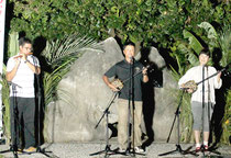 思いをつづった歌を熱唱する参加者=なかどぅ道ぬ道とぅばらーま歌碑広場