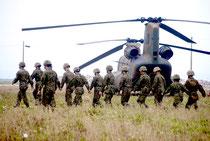 2012年4月、PAC3の配備に伴い新港地区に展開した陸上自衛隊の部隊(資料写真)